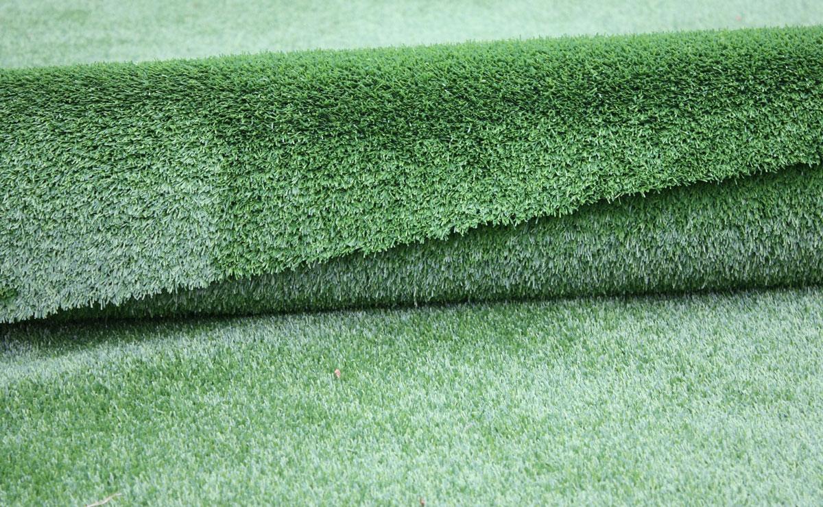 Sztuczna trawa jak dywanowa wykładzina podłogowa do mieszkania na balkon lub taras