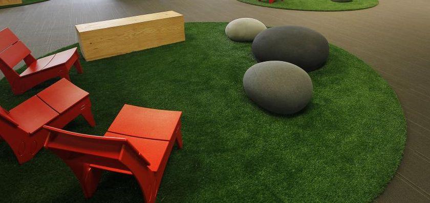 Wykładzina dywanowa ze sztucznej trawy i dekoracje w biurze Skype, Palo Alto, California