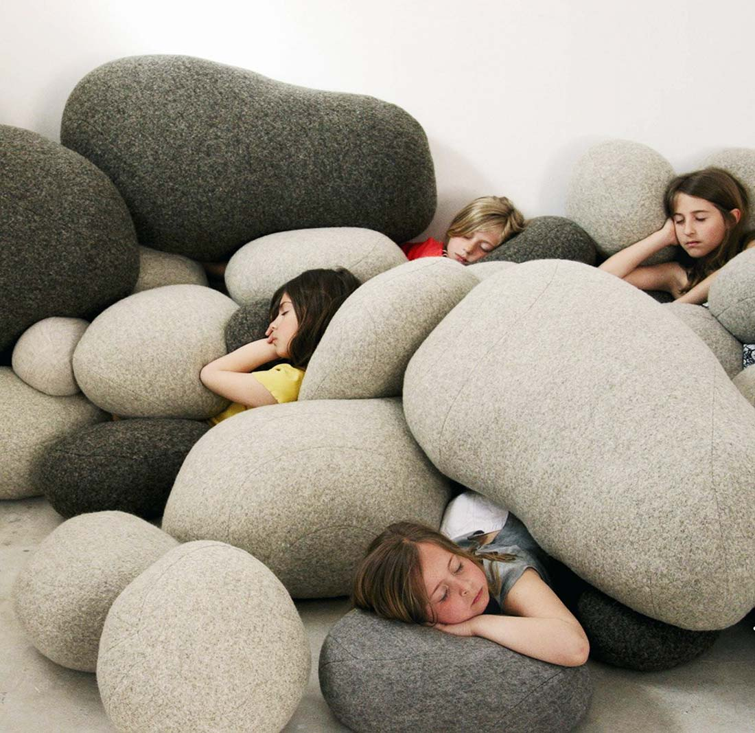 Szare, dekoracyjne poduszki podłogowe w kształcie dużych kamieni