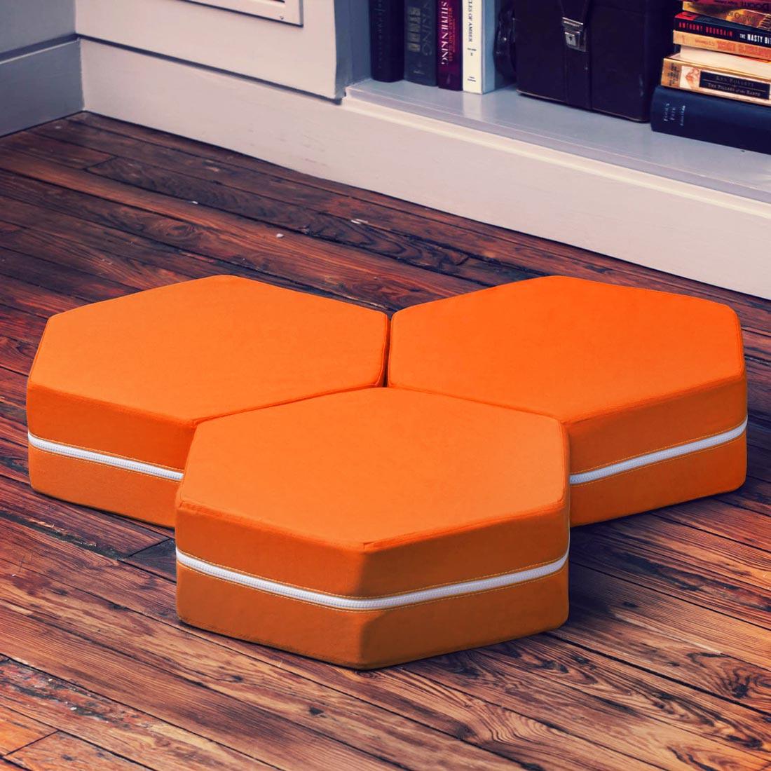 Zestaw trzech pomarańczowych, sześciokątnych poduszek podłogowych