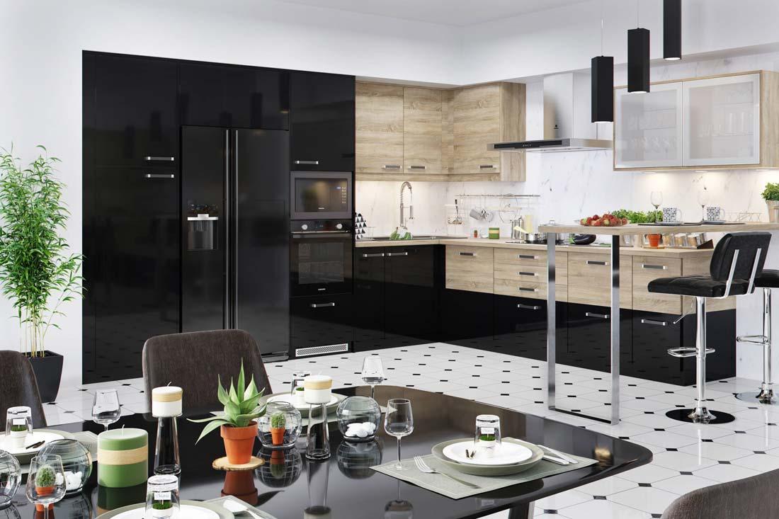 Duża kuchnia nowoczesna: biało-czarna, luksusowa lecz przytulna. Z drewnianym blatem oraz ciemnym stołem.