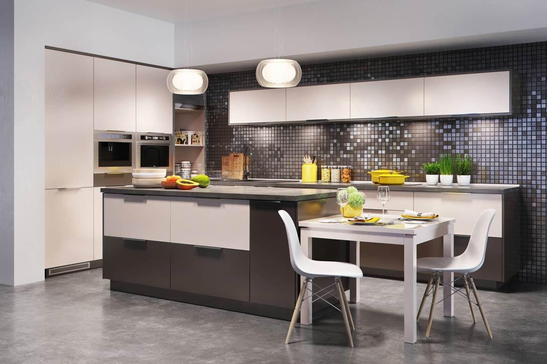 Wymarzona kuchnia: przytulna, jasna, ciepła. Wyspa, stolik, oraz blat i płytki mozaika.