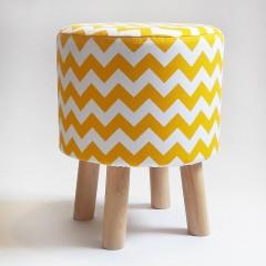 Biało-żółty stołek z drewna w ZYGZAKI