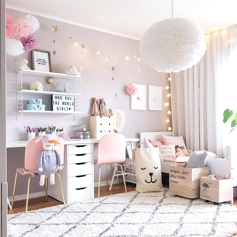 Pokój dla dziewczynki szaro-różowy skandynawski