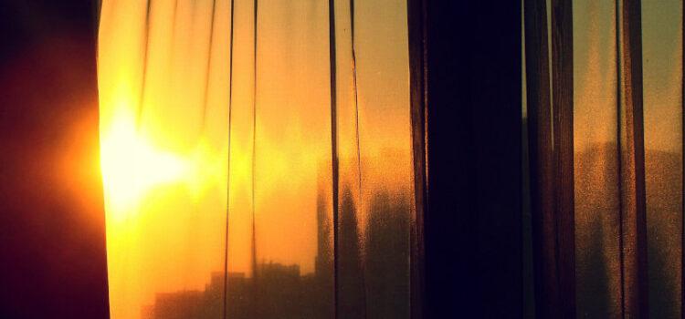 Rolety, żaluzje, plisy i markizy – 4 sposoby osłony okien przed słońcem